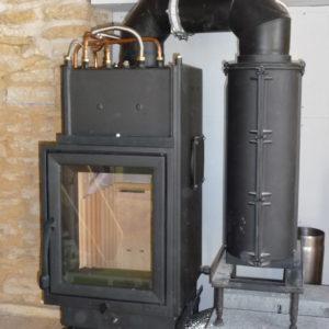 Foyer à accumulation bouilleur en cours d'installation